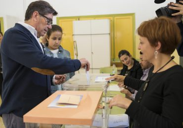 Arturo Aliaga vota acompañado de sus hijos