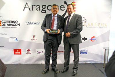 Ramón Millán entrega a Caja Rural de Teruel el premio Aragonex a la mejor empresa del año