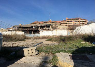 Malla derribada en el acceso al solar de las harineras de Huesca